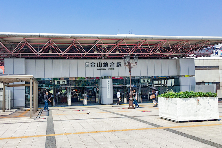 金山総合駅南口を出て右(ホテルグランコート名古屋側)に進みます。