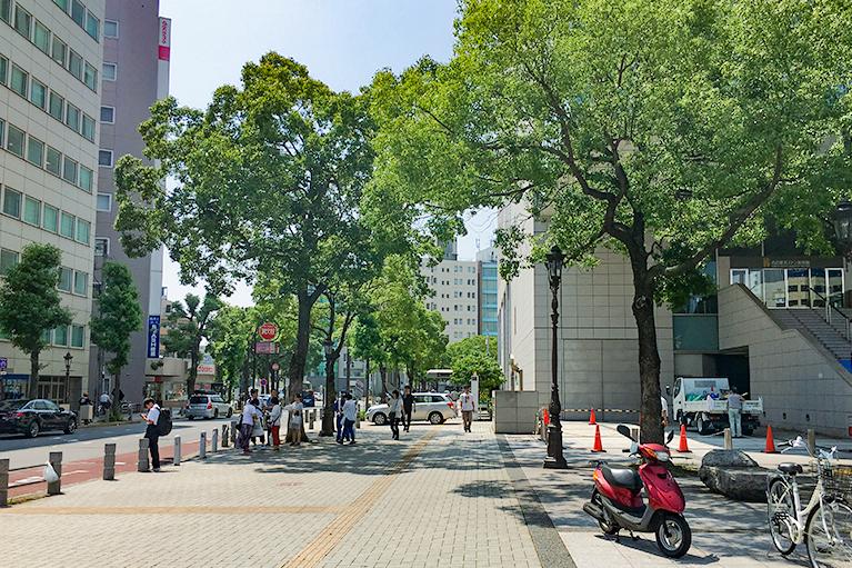 ホテルグランコート名古屋の前を、伏見通りまで進みます。